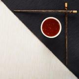 Bastoncini e ciotola con salsa sulla tovaglietta Fotografia Stock