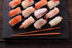 Bastoncini giapponesi del vassoio dell'ardesia del nero dell'alimento dei sushi Fotografia Stock Libera da Diritti