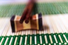 Bastoncini sulla stuoia di bambù Fotografia Stock