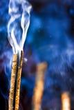 Bastone Burning di incenso fotografie stock libere da diritti