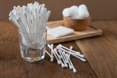 Bastone del germoglio del cotone o tampone di cotone di legno Fotografia Stock