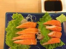 Bastone del granchio sul piatto blu con salsa Fotografie Stock Libere da Diritti