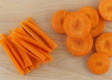 Bastone del taglio della carota e rotondo su legno Immagini Stock