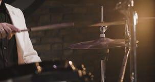Bastone del tamburo che gioca Ciao-cappello archivi video