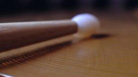 Bastone del tamburo che gioca Ciao-cappello stock footage