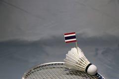 Bastone della bandiera di Mini Thailand sul volano messo sulla rete della racchetta di volano fotografie stock libere da diritti