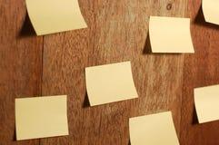 Bastone della nota dell'appunto su fondo di legno Fotografie Stock Libere da Diritti