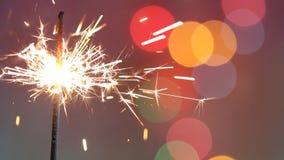 Bastone della stella filante sul fondo variopinto astratto di compleanno del partito del nuovo anno di natale video d archivio
