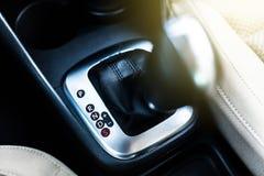 Bastone della trasmissione automatica in un'automobile Fotografia Stock