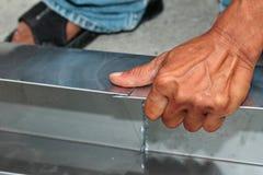 Bastone di alluminio piegato dello strato insieme dal tecnico per saldare Fotografia Stock Libera da Diritti