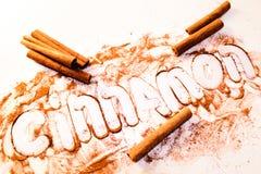 Bastone di cannella ad una tavola bianca Fotografia Stock