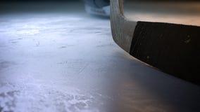 Bastone di hockey del movimento lento che colpisce il disco di hockey