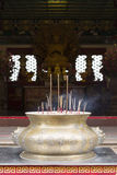 Bastone di incenso con il fondo cinese del tempio Immagine Stock