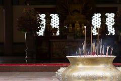 Bastone di incenso con il fondo cinese del tempio Fotografia Stock Libera da Diritti