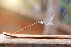 Bastone e fumo di incenso dalla combustione di incenso Bello fumo B fotografie stock libere da diritti