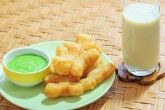 Bastone e latte di soia fritti in grasso bollente della pasta Immagine Stock