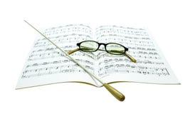 Bastone e vetri sullo spartito di musica Fotografie Stock Libere da Diritti