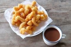 Bastone fritto in grasso bollente della pasta con cioccolata calda Immagini Stock