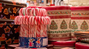 Bastones de caramelo de hierbabuena con las cajas de regalo Navidad Fotos de archivo libres de regalías