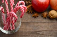Bastones de caramelo de hierbabuena y otras decoraciones de la Navidad en fondo de madera Imagen de archivo