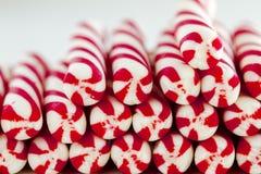 Bastones de caramelo de la Navidad y palillos de la hierbabuena Imágenes de archivo libres de regalías