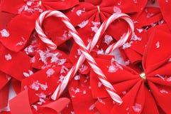 Bastones de caramelo en arqueamientos rojos Fotografía de archivo