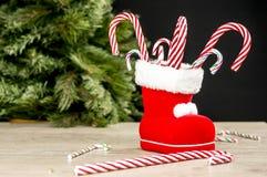 Bastones de caramelo en bota de la Navidad imagenes de archivo