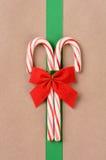 Bastones de caramelo en el paquete envuelto Imagen de archivo libre de regalías