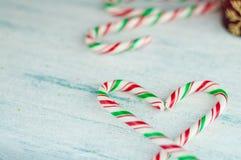 Bastones de caramelo en forma de corazón fondo azul, cierre para arriba imagen de archivo libre de regalías