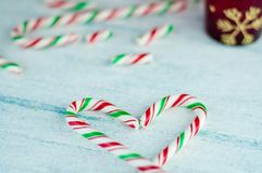 Bastones de caramelo en forma de corazón fondo azul, cierre para arriba fotografía de archivo libre de regalías