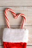 Bastones de caramelo en la media de la Navidad Foto de archivo libre de regalías