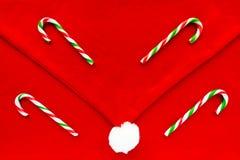 Bastones de caramelo en Santa Hat Christmas Background Fotografía de archivo libre de regalías