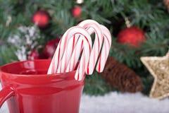 Bastones de caramelo en una taza Imagenes de archivo