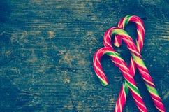 Bastones de caramelo rayados de la Navidad Fotos de archivo