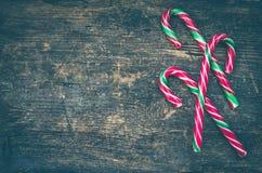 Bastones de caramelo rayados de la Navidad Imágenes de archivo libres de regalías