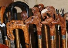 Bastones handcrafted por un viejo guardabosque Foto de archivo