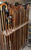 Bastones handcrafted por un viejo guardabosque Imágenes de archivo libres de regalías