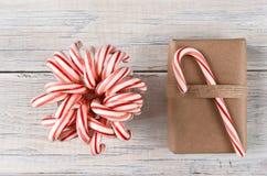 Bastones y regalo de Navidad de caramelo Fotos de archivo