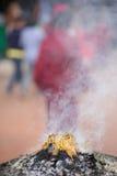 Bastoni brucianti di incenso fuori di un tempio Immagini Stock Libere da Diritti