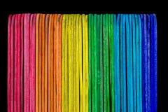 Bastoni colorati contro un fondo nero Fotografie Stock