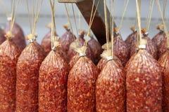 Bastoni d'attaccatura della salsiccia affumicata cruda fotografia stock libera da diritti