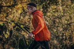 Bastoni da passeggio maratona correnti del corridore del giovane Fotografie Stock