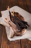 Bastoni del cioccolato sul tovagliolo di tela Fotografia Stock