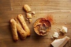 Bastoni del formaggio con i hummus asciutti del pomodoro Fotografia Stock Libera da Diritti