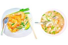 Bastoni del riso fritto con gamberetto, il cucchiaio ed i bastoncini sul piatto e la poltiglia sul percorso di ritaglio bianco is immagini stock libere da diritti