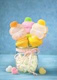 Bastoni della caramella gommosa e molle in un piccolo vetro Fotografia Stock