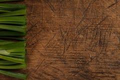 Bastoni della cipolla verde sulla tavola di legno immagini stock