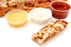 Bastoni della pizza e salsa di Marinara, salsa di aglio e preparazione del ranch Fotografie Stock Libere da Diritti