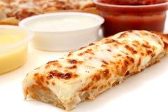 Bastoni della pizza e salsa di Marinara, salsa di aglio e preparazione del ranch Fotografia Stock Libera da Diritti
