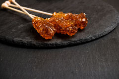 Bastoni dello zucchero candito su una tavola del nero di lerciume Fotografia Stock